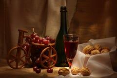 Wein und Walnüsse Stockfoto
