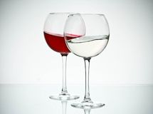 Wein- und Wassergläser lizenzfreie stockfotos