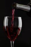 Wein wird in ein Glas gegossen Lizenzfreies Stockbild
