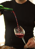 Wein wird in ein Glas gegossen lizenzfreies stockfoto