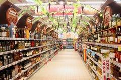 Weinabteilung im Supermarkt Stockfoto