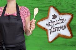 Weinachtsplaetzchen & x28; w niemieckim Bożenarodzeniowym cookies& x29; Cynamon gwiazda Zdjęcie Stock