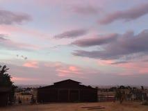 Weinanbaugebiet-ländlicher Ranch-Sonnenuntergang mit brauner Scheune Lizenzfreies Stockfoto