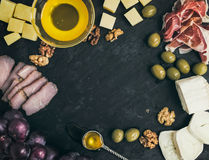 Weinaperitif eingestellt: Käse- und Fleischauswahl mit Trauben, Honig Stockbilder