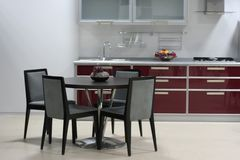 Weinartiger Kücheinnenraum Stockfotografie