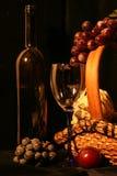 Weinaufbau mit Frucht Stockbild
