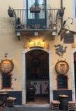 Weinbar in Taormina, Sizilien lizenzfreies stockbild
