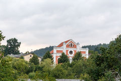 Weinberg Sabile-Stadt mit Dächern, Wiesen, Hügel, Bäume des Waldes, AB Lizenzfreie Stockfotografie