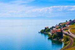 Weinberge und Dorf in Lavaux gegen Geneva See, die Schweiz stockbilder
