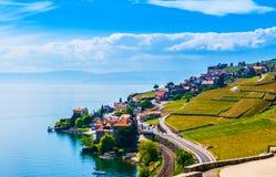 Weinberge und Dorf in Lavaux gegen Geneva See, die Schweiz Stockbild