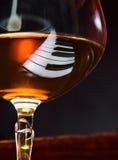 Weinbrand auf einem Klavier Stockbild