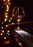 Weinbrand auf einem Klavier stockfoto