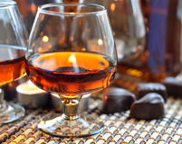 Weinbrand und Bonbon Lizenzfreies Stockfoto