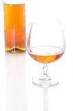 Weinbrandbootle und -glas Stockbild