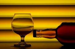 Weinbrandglas u. -flasche Stockbilder
