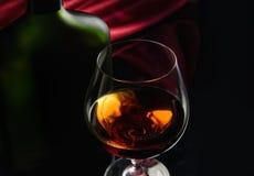 Weinbrandglas und -flasche Stockfoto