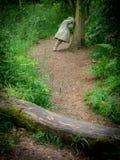 Weinende Kinder im Wald Stockbilder