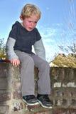 Weinender Junge stockfotografie