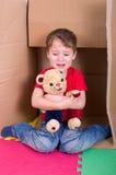 Weinender Junge mit Teddy Bear Stockbilder