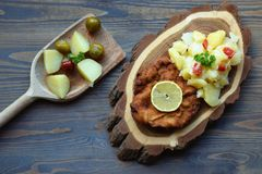 Weiner schnitzel με τη σαλάτα πατατών σε ένα ξύλινο υπόβαθρο στοκ εικόνα με δικαίωμα ελεύθερης χρήσης