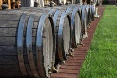 Weinfässer auf dem Restaurantstandort Stockfotografie