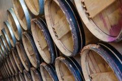Weinfässer in einem Keller Stockfotografie