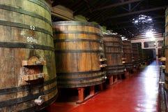 Weinfässer in einer argentinischen Weinkellerei. Stockfotos