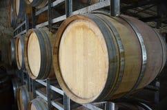 Weinfässer an einer Weinkellerei in den Adelaide-Hügeln Lizenzfreie Stockfotos