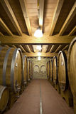 Weinfässer gestapelt im alten Keller Lizenzfreie Stockfotos