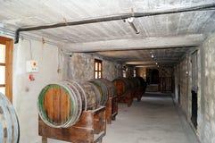 Weinfässer gestapelt im alten Keller der Weinkellerei Lizenzfreie Stockfotos