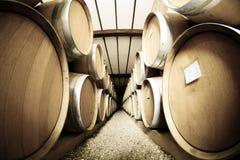 Weinfässer gestapelt im alten Weinkellereikeller Retro- Effekt der Weinlese Stockfotografie