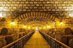 Weinfässer gestapelt im Keller stockfoto