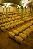 Weinfässer gestapelt im Keller der Weinkellerei lizenzfreies stockbild