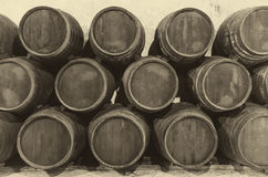 Weinfässer im alten Weinkeller Stockbild