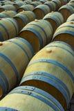 Weinfässer im antiken Keller Tiefer Weinkeller mit Staplungseiche rast für das Reifen des Rotweins stockbilder