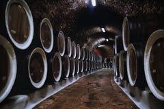 Weinfässer im Keller stockfotos