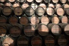 Weinfässer im Keller stockfoto