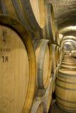 Weinfässer im Weinkeller Stockfoto