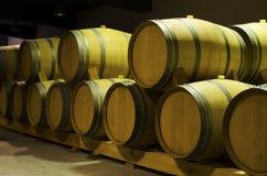 Weinfässer mit Rotwein lecken in einem Keller Selektiver Fokus Stockfotografie