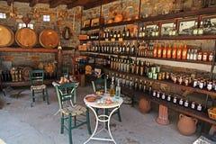 Weinfässer und -flaschen im alten Keller einer Weinkellerei Lizenzfreies Stockfoto