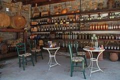 Weinfässer und -flaschen im alten Keller einer Weinkellerei Stockfoto