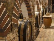 Weinfässer und Landwirthut Stockbild