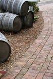 Weinfässer und Ziegelsteinpfad Stockfotografie