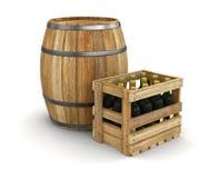Weinfaß und -Holzkiste mit Weinflaschen (Beschneidungspfad eingeschlossen) Stockfotos