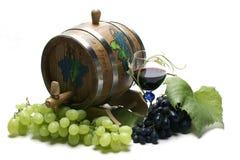 Weinfaß und -trauben Stockfoto