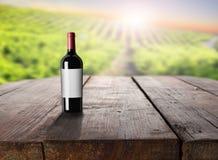 Weinflasche auf Tabelle am Weinberg Stockfoto