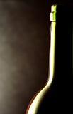Weinflasche gegen einen schwarzen Hintergrund Stockfotografie