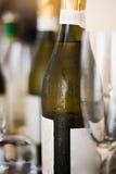 Weinflasche, Glas, in der Gaststätte Stockfoto