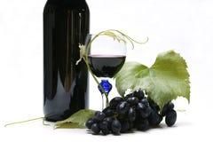Weinflasche, -glas und -trauben Stockfotos