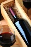 Weinflasche im Kasten mit Weinglas Lizenzfreies Stockbild